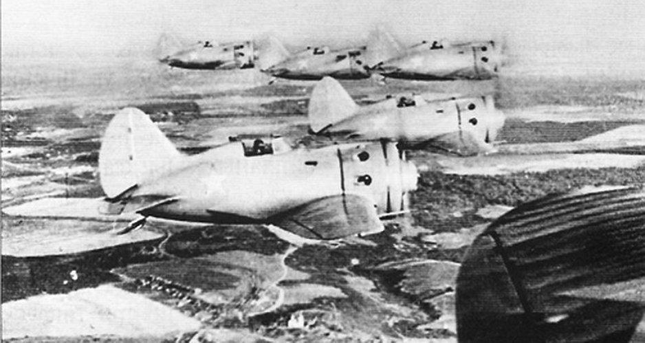 И-16 поздних типов в воздухе. Легко видеть отсутствие закрывающейся кабины пилота: по требованиям из ВВС ее убрали с самолетов еще в 1930-х / ©Wikimedia Commons