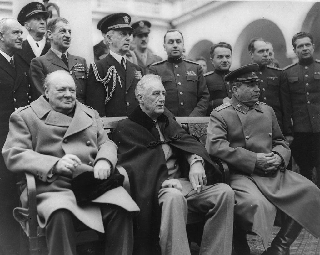 Мнимый Худяков, он же фактический Ханферянц на этой фотографии находится точно за Сталиным и слегка улыбается. Как мы видимо, иногда даже большая близость к главе государства не помогает убедить его в корректности тех или иных соображений / ©Wikimedia Commons