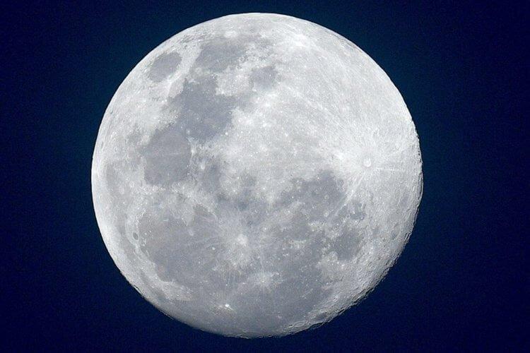 Луна все время отдаляется от Земли со скоростью 38 мм в год