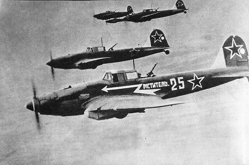 Довольно плотные группы Ил-2 не могли индивидуально маневрировать и прицеливаться: в этом случае они не смогли бы удерживать оборону от истребителей противника. Да и не особо поманееврируешь на бронированном самолете, которые даже его собственные летчики называли утюгом / ©Wikimedia Commons