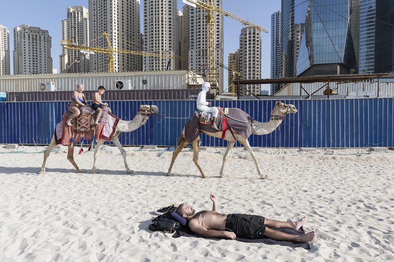 Катание на верблюдах. Из серии «Сад наслаждений». Дубай, ОАЭ, 30 декабря 2017 года. Фотограф Ник Ханнес
