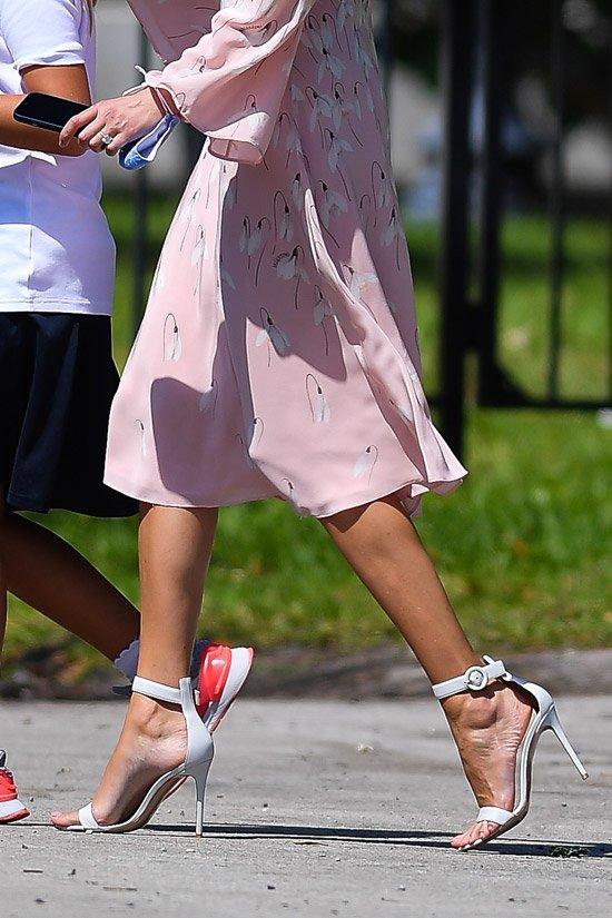 Иванка Трамп в шелковом платье, босоножках и пучком на голове выглядит потрясающе