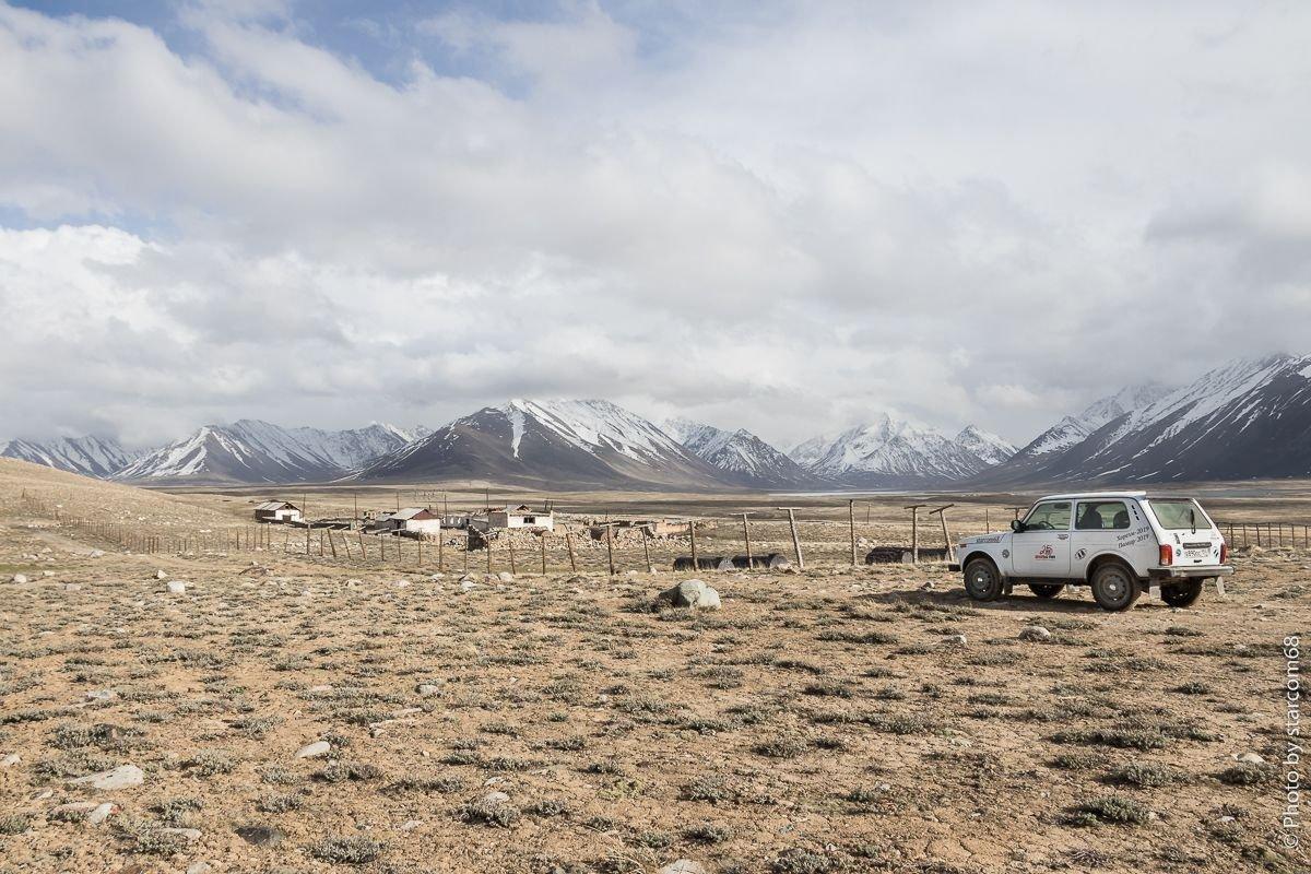 Застава Зоркуль. Вдалеке видны озера Чаканкуль и безымянная долина, врезающаяся в Ваханский хребет.