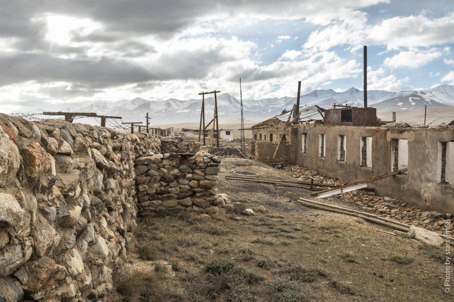 """Казарма заставы """"Зоркуль"""". Юго-западный фасад и оборонительная стенка с огневыми точками"""