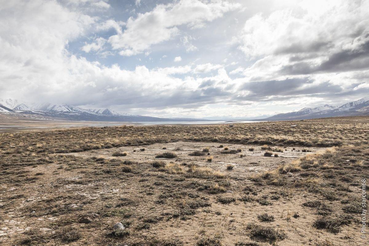 Вид на вертолетную площадку и озеро Зоркуль на дальнем плане. Левый берег - Афганистан, правый - Горно-Бадахшанская автономная область Таджикистана