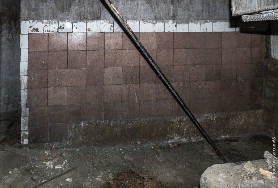 Смежное с ней помещение 10 примыкает к котельной и очень похоже на баню. Справа виднеется кусок бака для воды, снизу скамья, слева проход за переборку, что там - не помню.