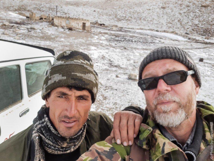 С моим афганским другом Файзулой. Голову мне, пока, не отрезали. Кошара № 9. Высота 4247 метров. 6-30 утра. -3 по Цельсию. Снег.