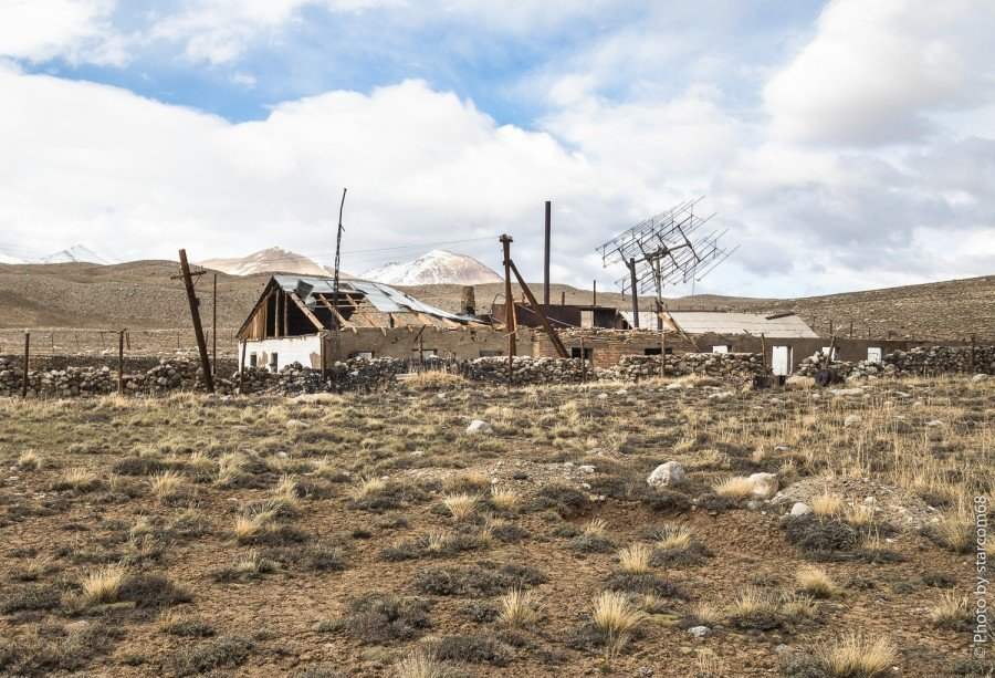 Вид на казарму с запада, от внешнего оборонительного периметра