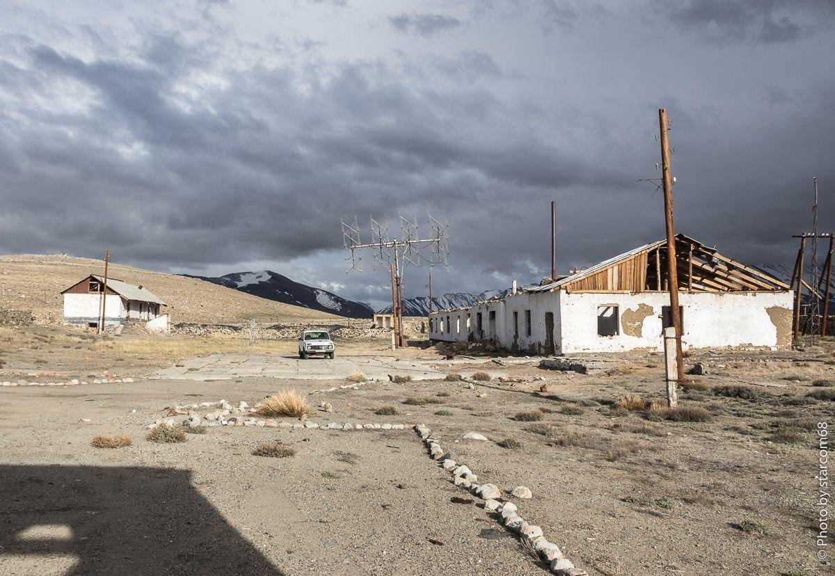 На заднем плане слева здание склада.