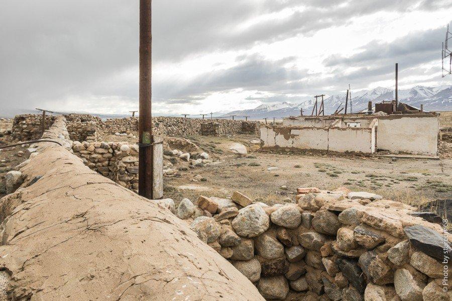 Вид на юго-восточный торец казармы и оборонительную стену заставы с огневыми точками. К ним мы еще вернемся.