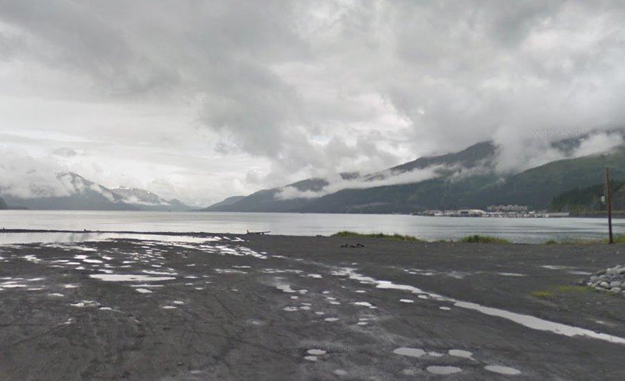 Город Уиттиер справа вдали - вокруг только горы и вода