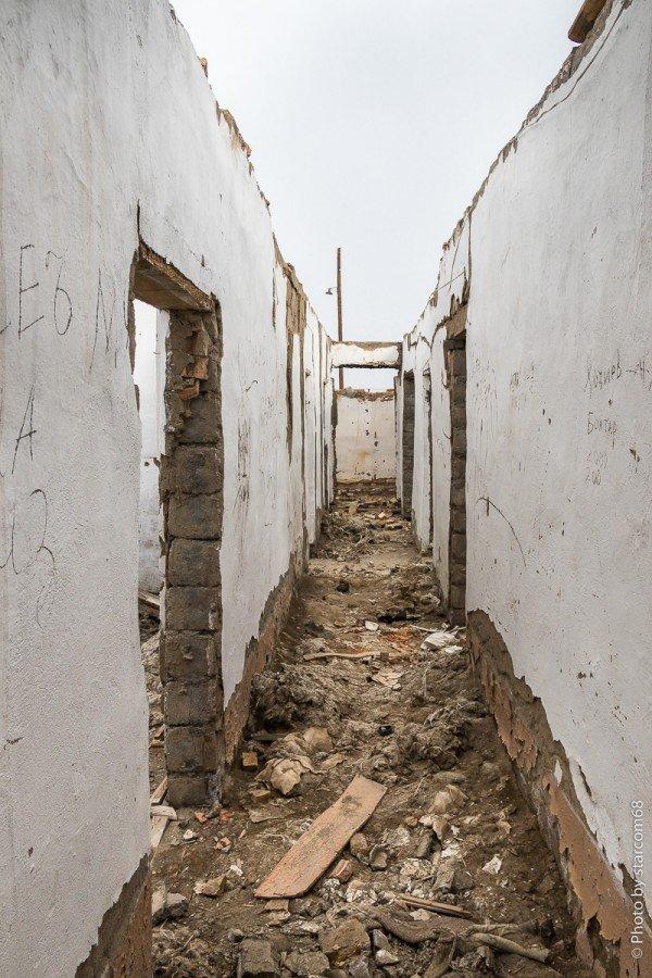 """Опять выходим в коридор. Слева проход в крупное помещение на два окна (16) с """"амбразурой"""" в коридор, которую мы видели чуть ранее"""