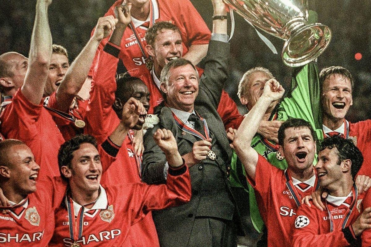 На фото Шмейхель и Фергюсон подняли трофей вдвоем. Фото с сайтаsport.tut.by