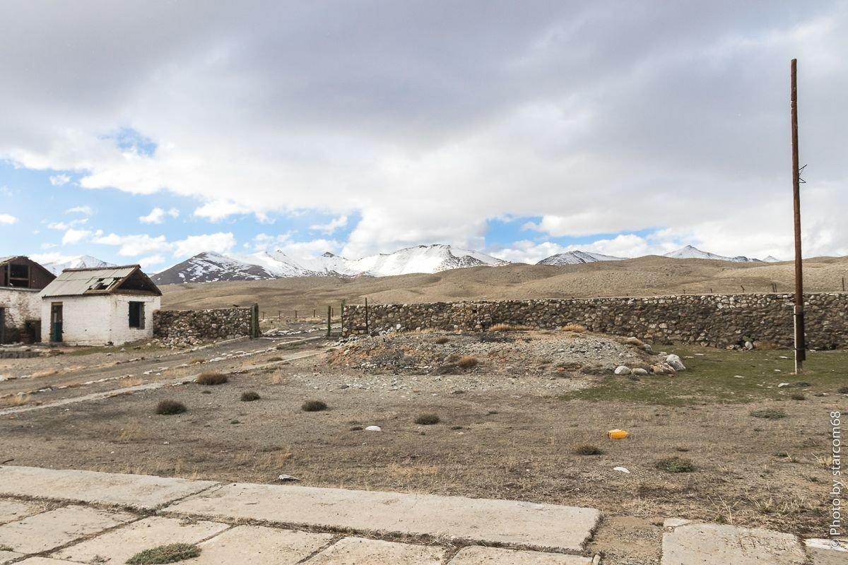 Вид с плаца на входную группу и странный холмик у ворот