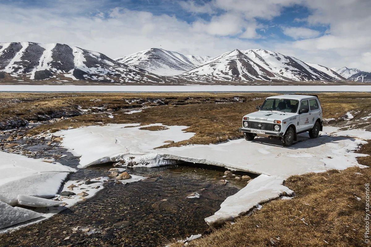И все-таки мы нашли это волшебное озеро, оно пока скрыто подо льдом. Ничего в воде не замечаете? Высота 4200+ метров над уровнем моря