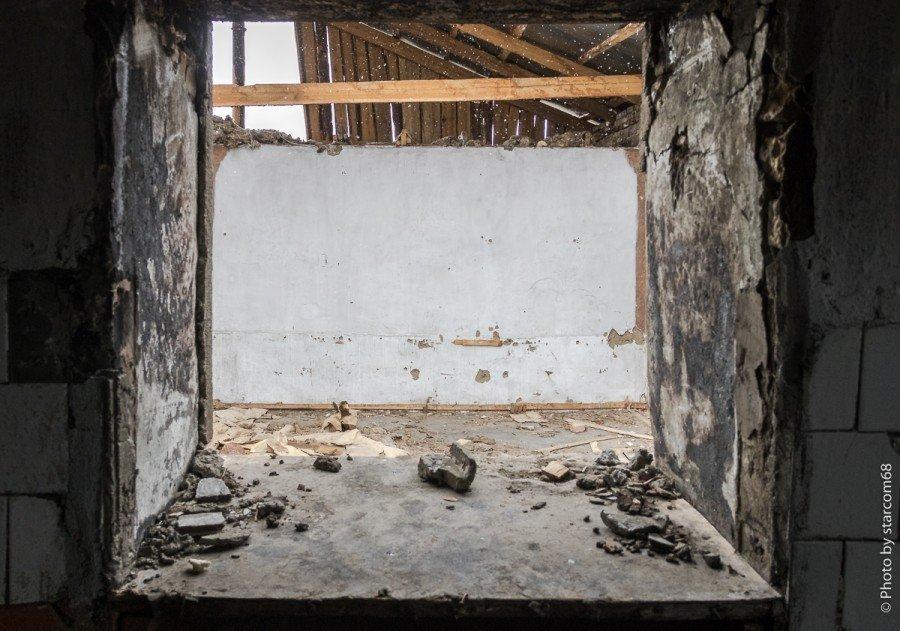 "С кухни в предположительно столовую (6) пробито ""окно раздачи"""