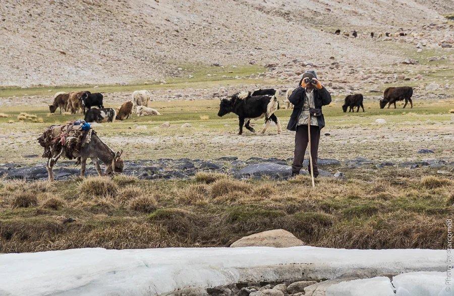 Афганский чабан с удивлением разглядывает российские номера. Шурави специально подъехал на ишаке. 20 метров и я в Афганистане. Река Памир здесь глубиной по колено. Но вода очень холодная.