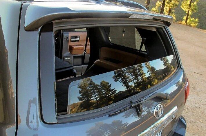 Тойота Секвойа 2018 - пятая дверь, фото с сайта sharperedgeengines.com