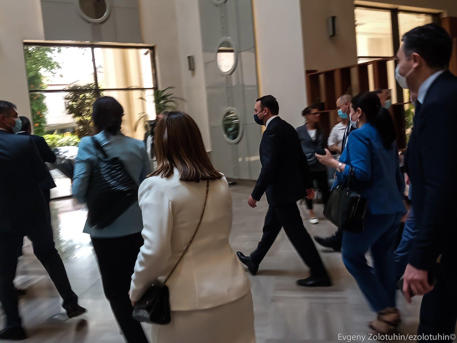 Премьер-министр Грузии Ираклий Гарибашвили убегает от журналистов