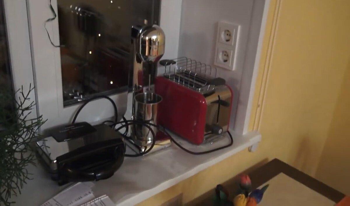 Если в откосах разместить розетки, на подоконнике можно разместить сразу несколько бытовых электроприборов и благополучно ими пользоваться