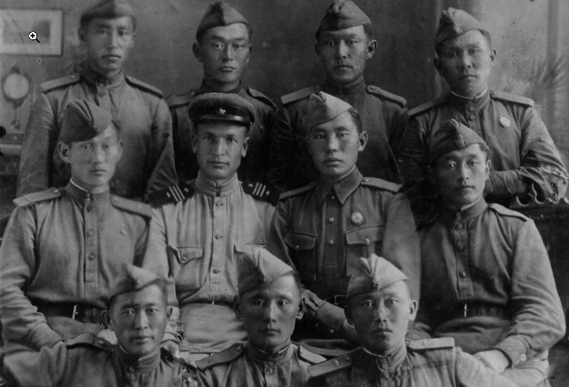 11 тувинских добровольцев-танкистов