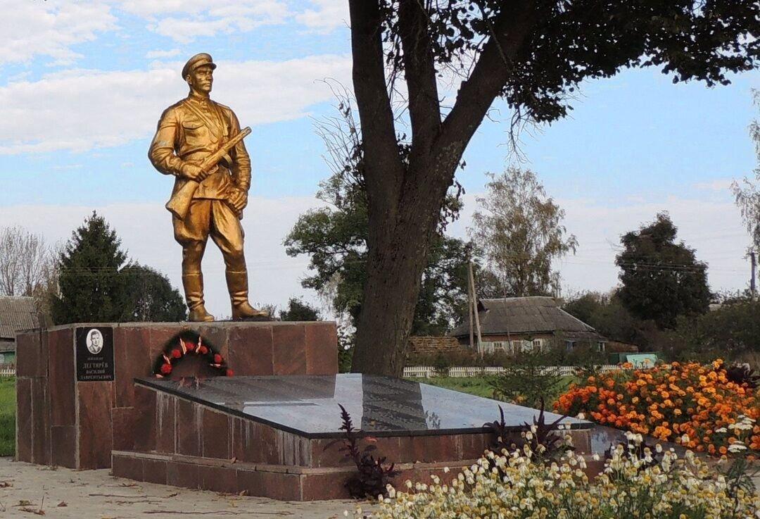 Памятник летчику В. Л. Дегтяреву в Брянской области
