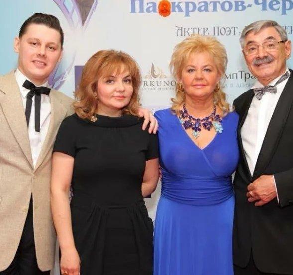 Александр с женой и родителями, источник: http://www.instagram.com/