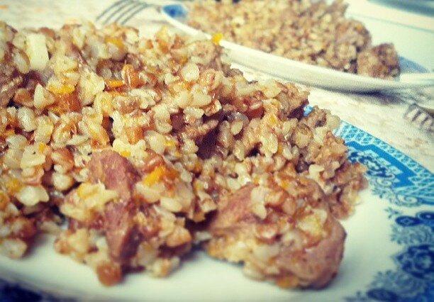 Гречка с тушенкой – сытное и простое в приготовлении блюдо :)