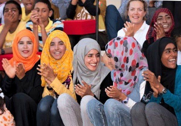 Девушки Омана на трибуне стадиона. Источник