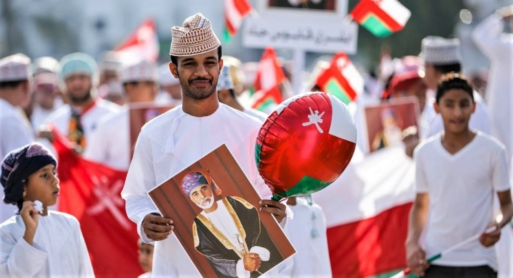 Потрет султана Кабуса в руках у жителя Омана. Источник